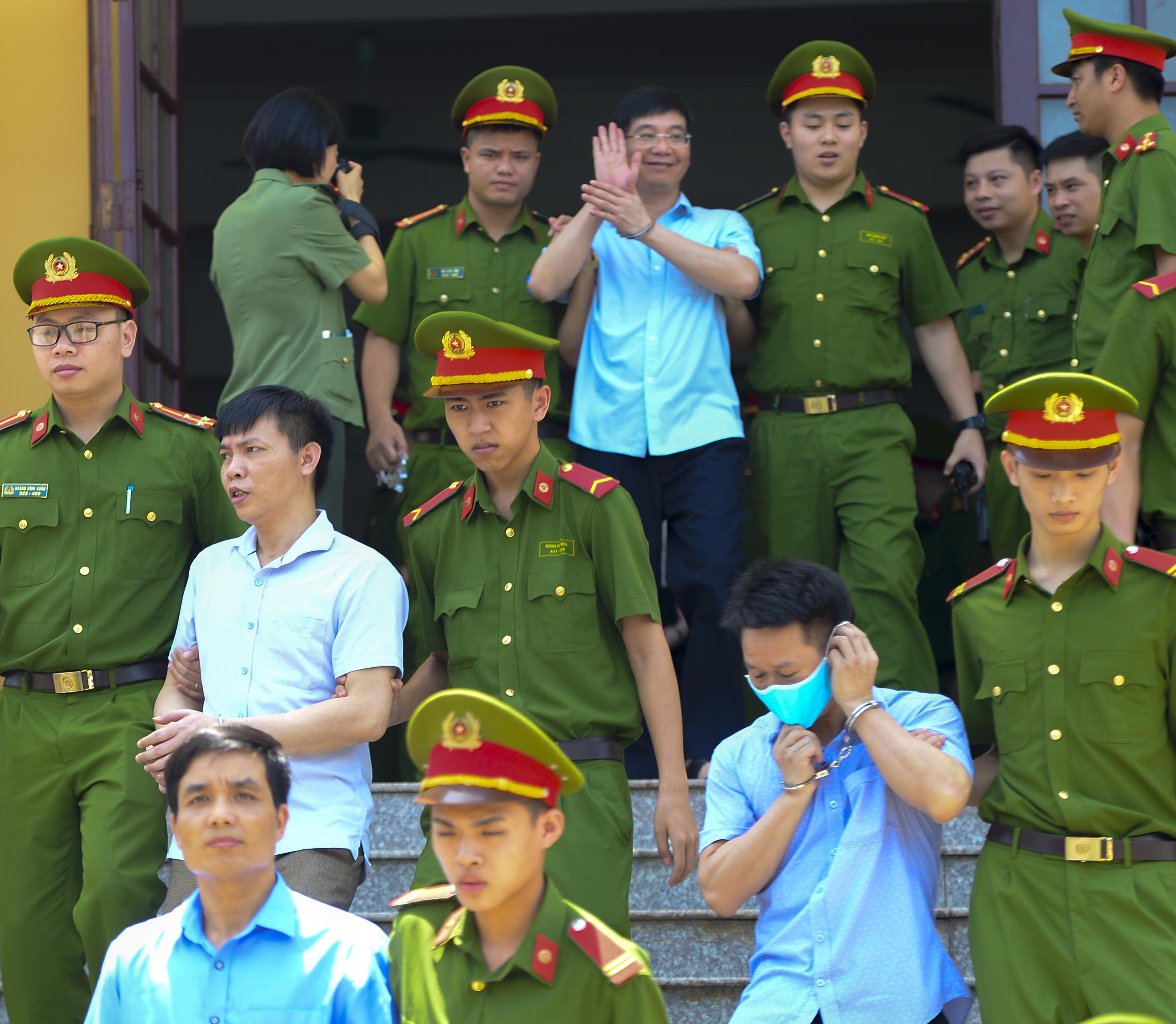 Kẻ khóc, người cười sau khi kết thúc phiên tòa sơ thẩm vụ án gian lận điểm thi ở Hoà Bình - Ảnh 4.