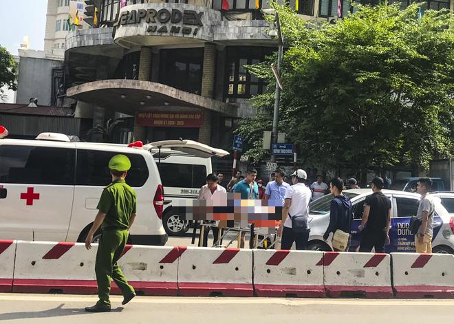 Hà Nội: Nam tài xế gục chết trên vô lăng khi xe ô tô dừng đợi đèn tín hiệu - Ảnh 2.