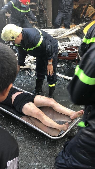 Cứu 7 người trong căn nhà bốc cháy ở Sài Gòn: Một người tử vong, con gái nạn nhân còn nằm viện - Ảnh 4.