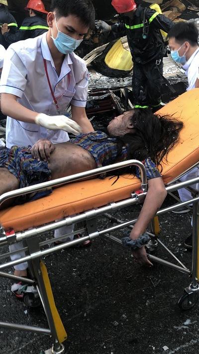 Cứu 7 người trong căn nhà bốc cháy ở Sài Gòn: Một người tử vong, con gái nạn nhân còn nằm viện - Ảnh 3.