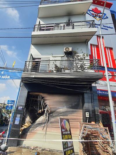 Cứu 7 người trong căn nhà bốc cháy ở Sài Gòn: Một người tử vong, con gái nạn nhân còn nằm viện - Ảnh 1.
