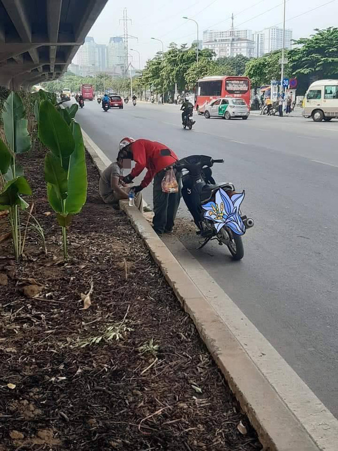Thấy người nằm lả bên đường, tài xế xe ôm đem tặng bánh mỳ và chai nước, hành động sau đó càng gây xúc động - Ảnh 2.