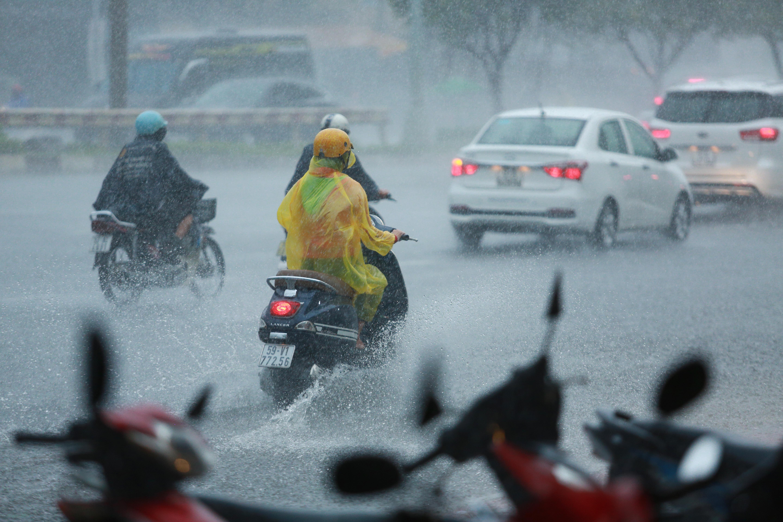 Mưa trắng trời khiến rốn ngập Sài Gòn mênh mông nước, người dân hì hục đẩy xe trên đường - Ảnh 1.