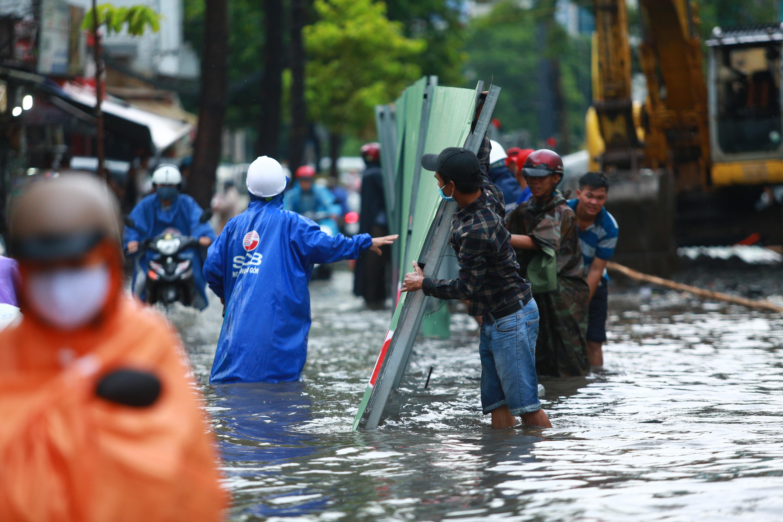 Mưa trắng trời khiến rốn ngập Sài Gòn mênh mông nước, người dân hì hục đẩy xe trên đường - Ảnh 10.