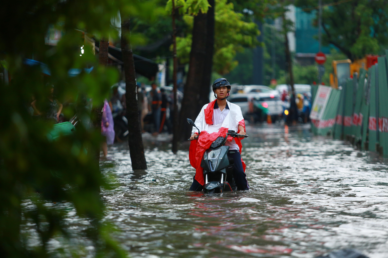 Mưa trắng trời khiến rốn ngập Sài Gòn mênh mông nước, người dân hì hục đẩy xe trên đường - Ảnh 8.
