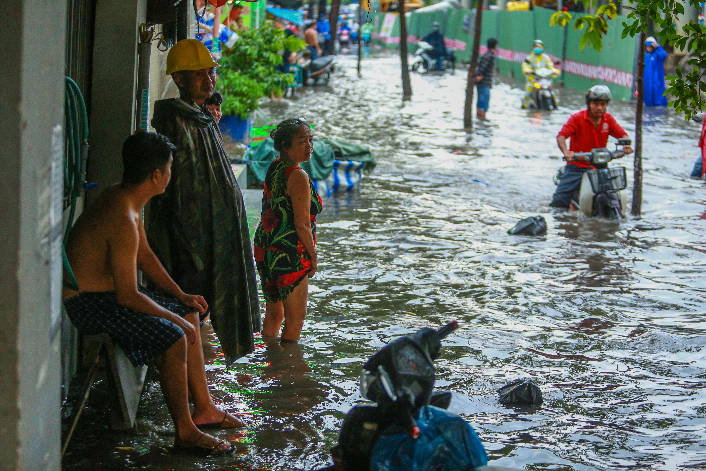 Mưa trắng trời khiến rốn ngập Sài Gòn mênh mông nước, người dân hì hục đẩy xe trên đường - Ảnh 14.