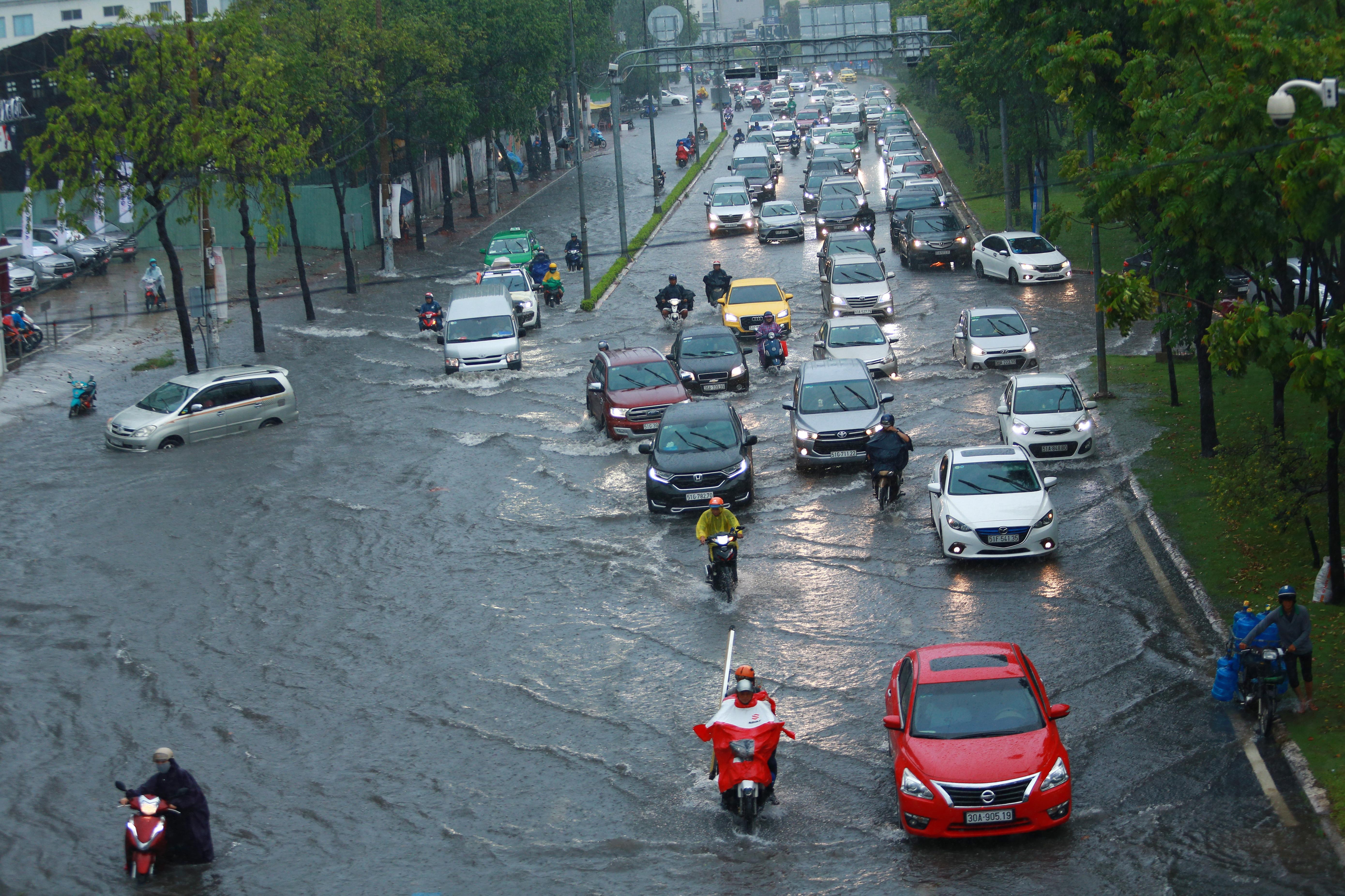 Mưa trắng trời khiến rốn ngập Sài Gòn mênh mông nước, người dân hì hục đẩy xe trên đường - Ảnh 2.