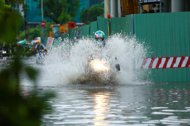 Mưa trắng trời khiến rốn ngập Sài Gòn mênh mông nước, người dân hì hục đẩy xe trên đường - Ảnh 7.