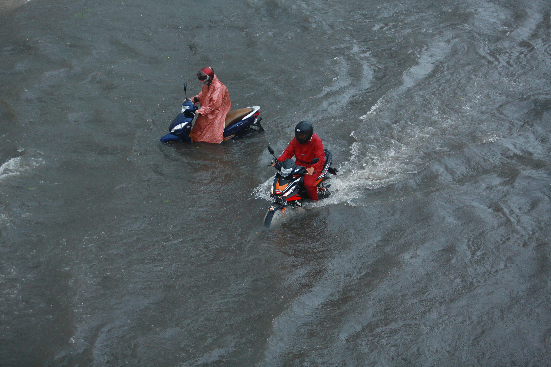 Mưa trắng trời khiến rốn ngập Sài Gòn mênh mông nước, người dân hì hục đẩy xe trên đường - Ảnh 3.
