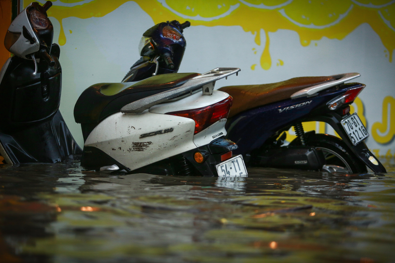 Mưa trắng trời khiến rốn ngập Sài Gòn mênh mông nước, người dân hì hục đẩy xe trên đường - Ảnh 12.