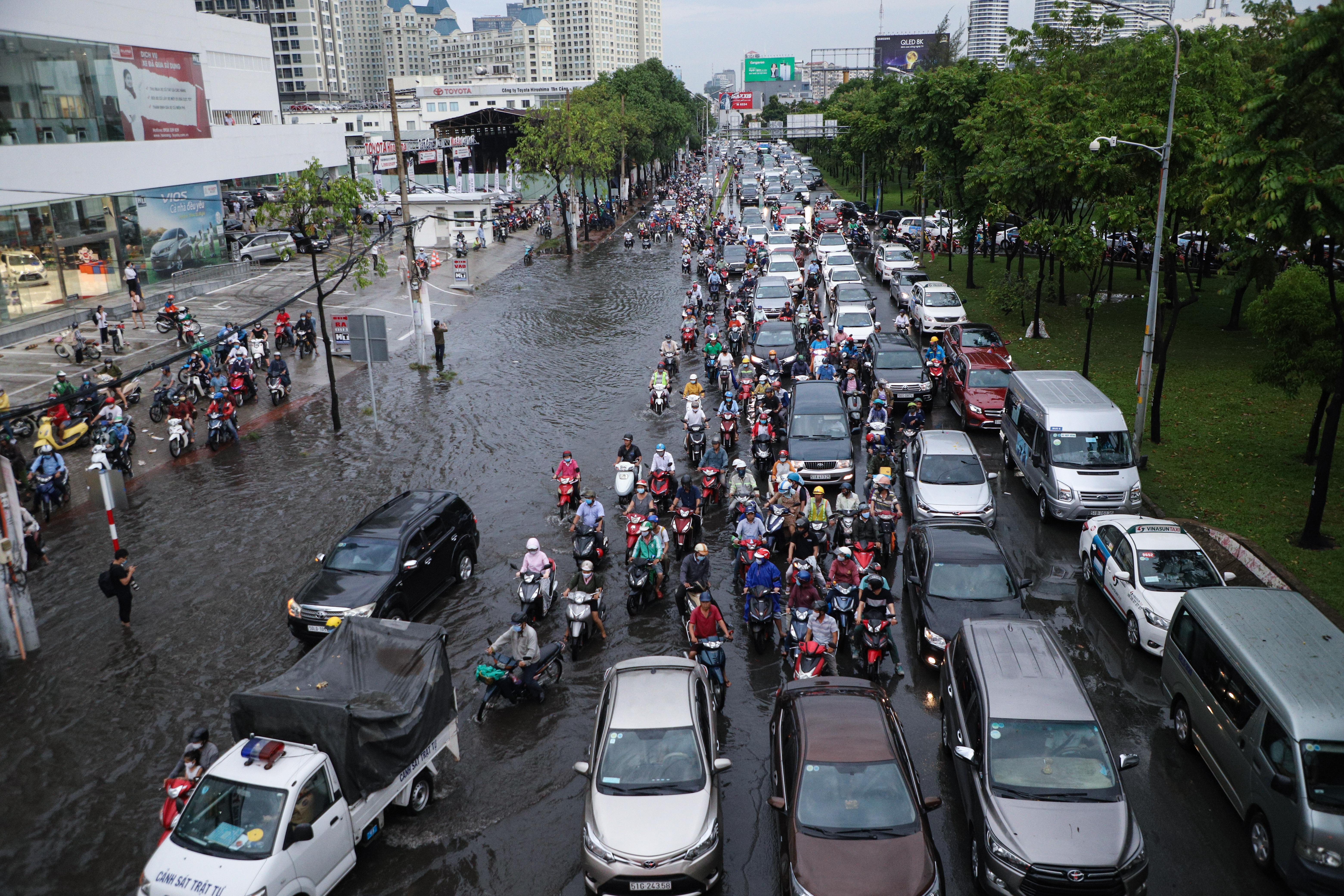 Mưa trắng trời khiến rốn ngập Sài Gòn mênh mông nước, người dân hì hục đẩy xe trên đường - Ảnh 15.