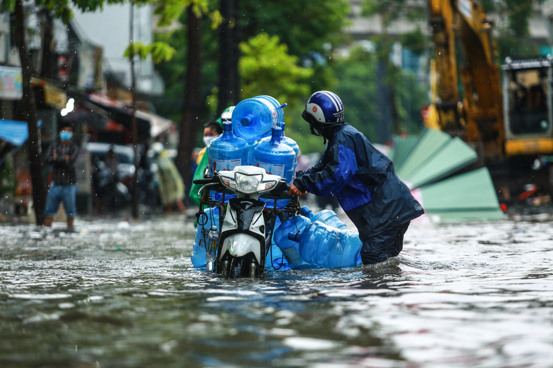 Mưa trắng trời khiến rốn ngập Sài Gòn mênh mông nước, người dân hì hục đẩy xe trên đường - Ảnh 5.