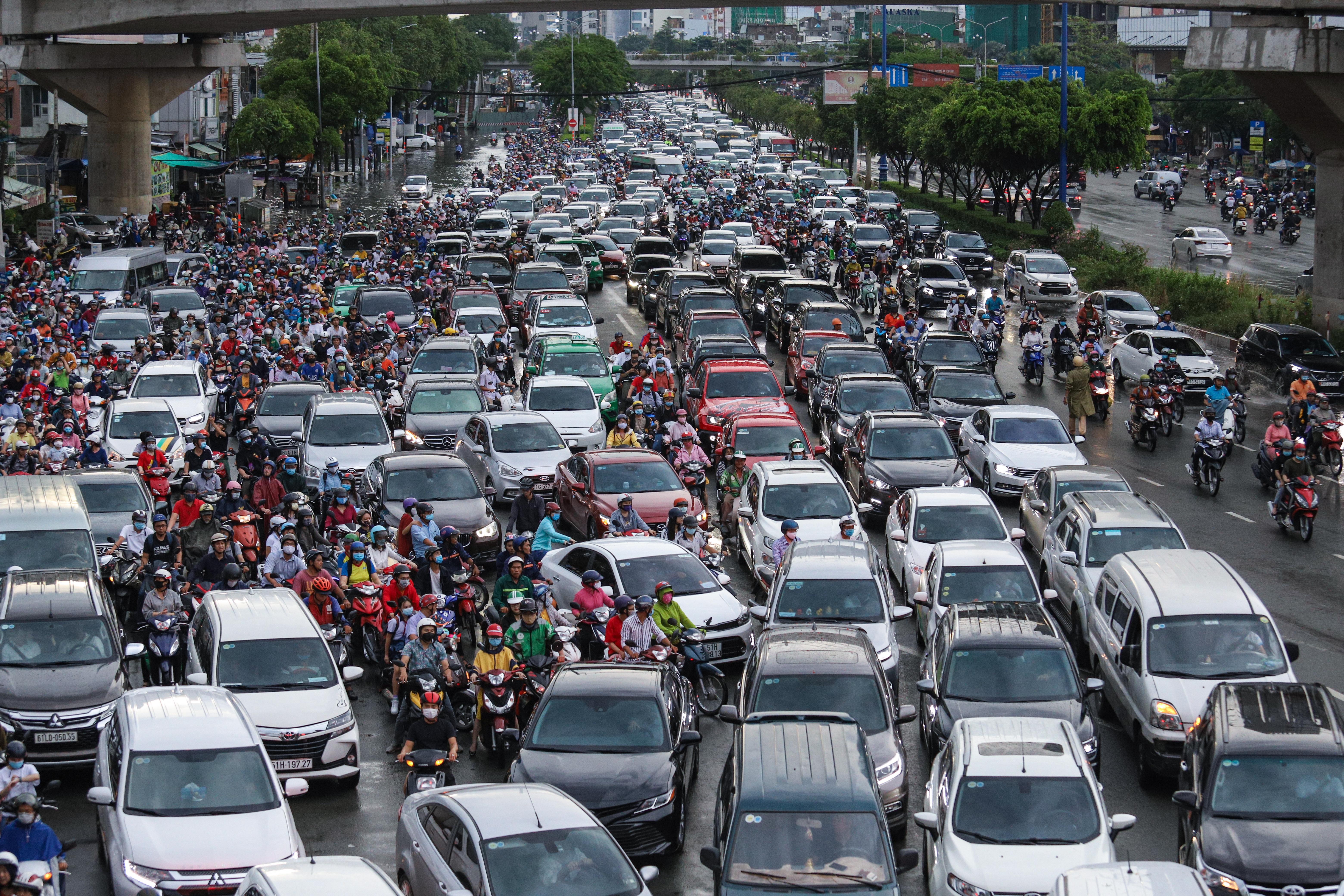 Mưa trắng trời khiến rốn ngập Sài Gòn mênh mông nước, người dân hì hục đẩy xe trên đường - Ảnh 16.