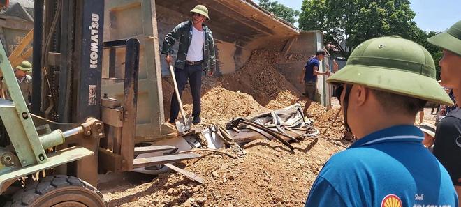 Video hiện trường vụ tai nạn kinh hoàng ở Thanh Hóa, xe ben đè chết 3 người trong xe ôtô - Ảnh 4.
