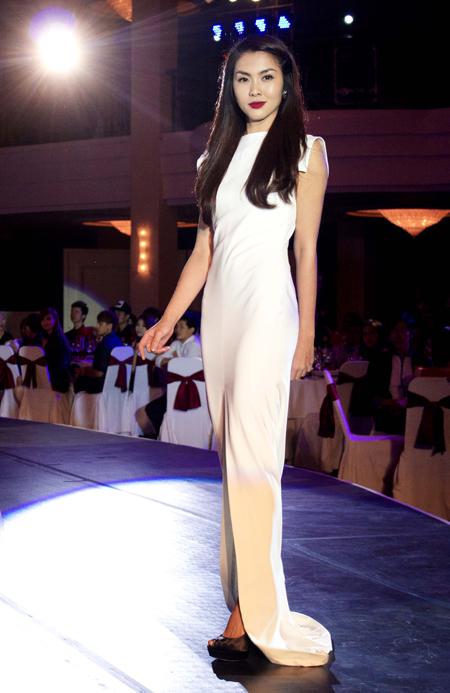 Nữ diễn viên Tăng Thanh Hà diễn catwalk vì trẻ bệnh tim dù từ trước đến nay cô rất ít khi biểu diễn thời trang.