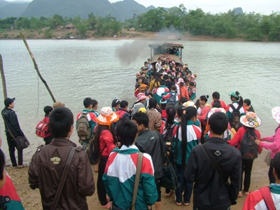 Hình ảnh đò chật kín người trên sông Gianh, huyện Quảng Trạch, tỉnh Quảng Bình (Ảnh: Đặng Tài)