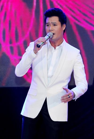 """Hình ảnh nam ca sĩ và bé Bảo Nam phát trong đoạn phim khi Quang Dũng hát  """"Con yêu"""" trong liveshow tối 5/1 khiến nhiều khán giả xúc động."""
