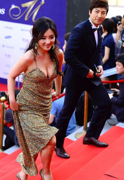 Những chiếc váy xẻ ngực sâu đang trở thành trang phục thảm đỏ yêu thích của các nghệ sĩ xứ kim chi.