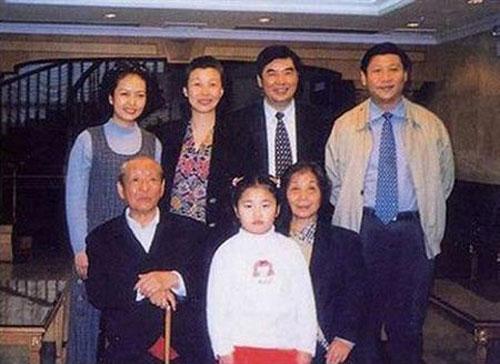 Tập Minh Trạch chụp ảnh cùng gia đình khi còn nhỏ.