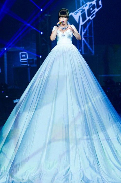 Xuân Nghi trình diễn trong đêm chung kết Giọng hát Việt với bộ váy