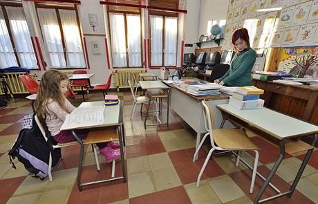 Học trò Sofia Viola và cô giáo Isabella Carvelli.