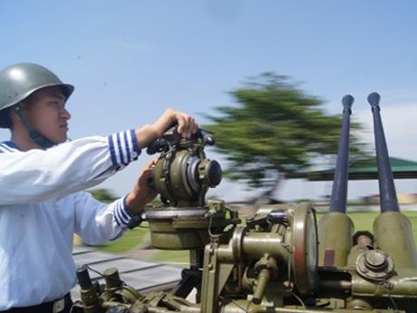 Trên ảnh là mẫu mũ sắt SSh-40 do Liên Xô chế tạo. Đây là mẫu mũ sắt được Liên Xô đưa vào trang bị từ năm 1940.