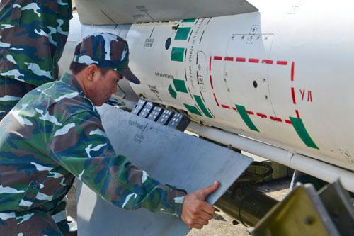 Lắp cánh nâng và cánh ổn định cho tên lửa