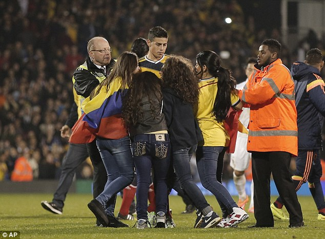 Các CĐV nữ tràn xuống sân gặp James Rodriguez