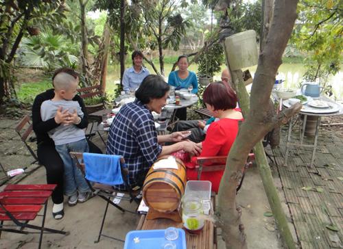 Bữa tiệc ngoài trời của gia đìnhGiang Còi và khách quý.