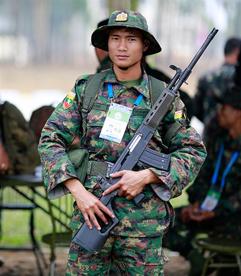 Xạ thủ Myanmar với súng trường MA-1 MK II.