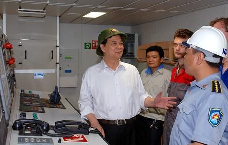 Thủ tướng trao đổi với cán bộ Công ty Đóng tàu Hạ Long. Ảnh: VGP/Nhật Bắc