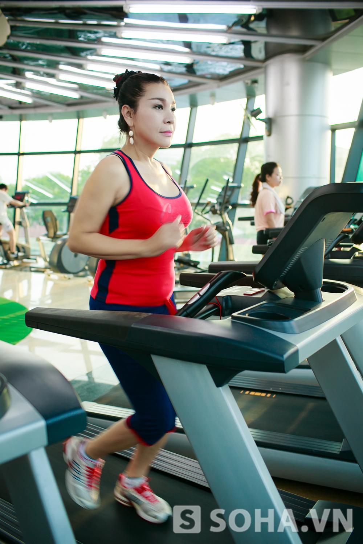 Khoảng 4h, Lê Duy tới lớp tập gym. Tôi theo gym lâu rồi, mỗi ngày thường dành khoảng 1 giờ để tập luyện. Thế nhưng, tôi không tập theo khuôn khổ quá mức. Khi nào công việc mệt mỏi, tôi dành thời gian này để mình có thể nghỉ ngơi, thư giãn tại nhà.