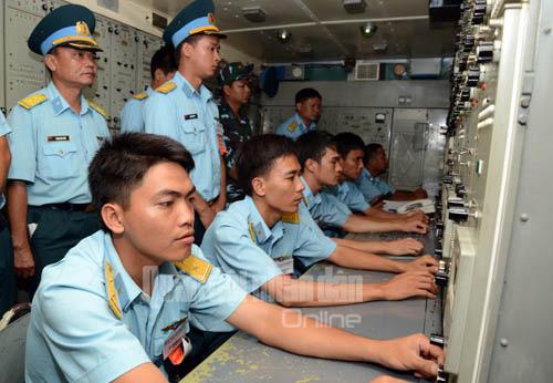 Kíp chiến đấu xe điều khiển thực hành bắn mục tiêu trên không.
