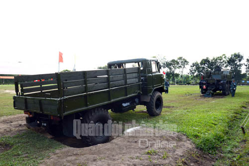 Kíp cứu kéo Trung đoàn tên lửa 64 thực hành kéo xe bị sa lầy.