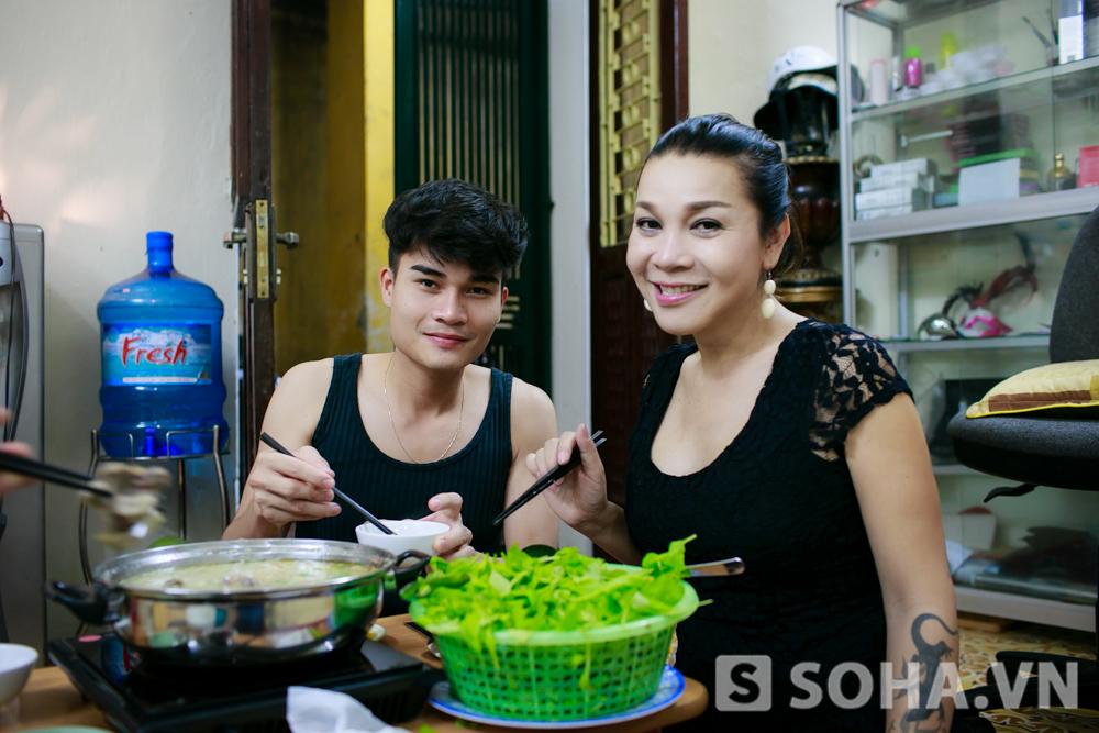 Sau 8 năm chuyển giới, Lê Duy đang có trong tay một cuộc sống hạnh phúc, một tình yêu thực sự ngọt ngào mà ít người có được. Dù từng phản đối, nghi ngờ, hiện tại, gia đình hai bên đều đã chấp nhận và ủng hộ mối quan hệ giữa hai vợ chồng chị.