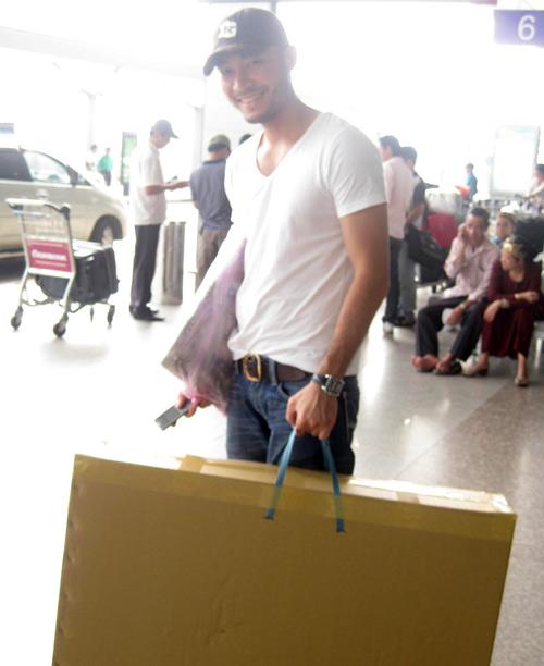 Doãn Tuấn đã bay từ Hà Nộ vào để tiễn bạn lên đường. Anh cũng không ngại ngần xách đồ cho bạn.