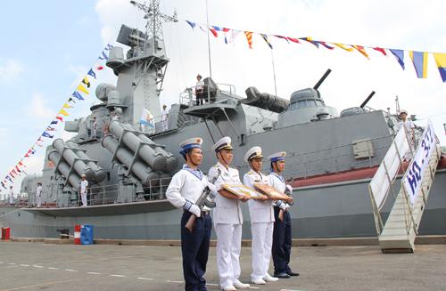 Thuyền trưởng, Chính trị viên Tàu HQ-377 chuẩn bị lên tàu kéo cờ