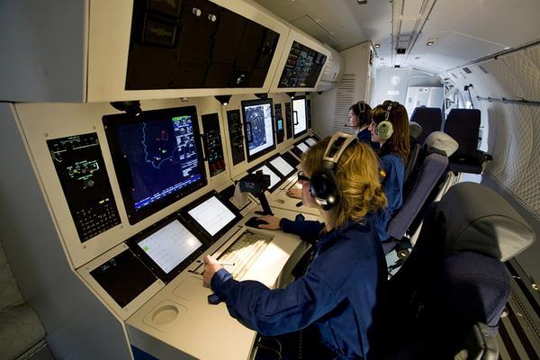 Buồng điều khiển hiện đại bên trong máy bay C-295MPA.