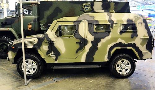 """Còn đây là xe bọc thép KRAZ 6322, còn có biệt danh là """"Pháo đài trên bánh xe"""", có thể chở được 23 binh sĩ, có lớp giáp đặc biệt chống lại bom mìn."""