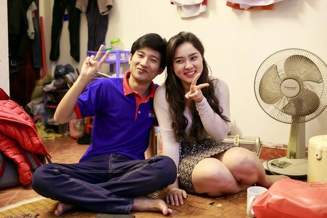 Nguyễn Hữu Tiến không ngớt nụ cười trên môi khi lần đầu tiên được trò chuyện với ca sỹ cậu hâm mộ Bảo Trâm.