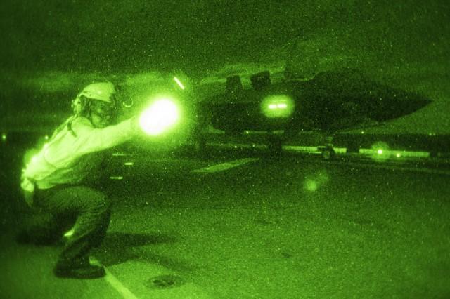 F-35B cất cánh trong đêm
