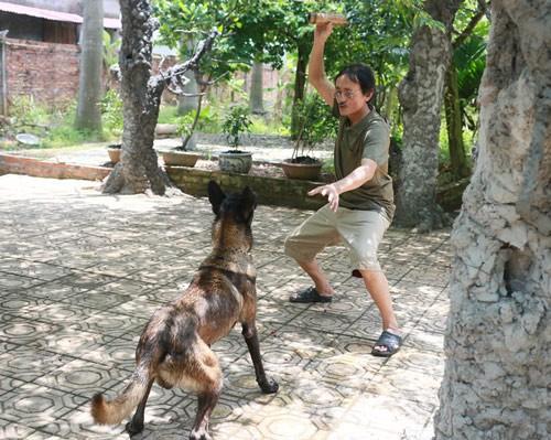 Anh dành rất nhiều thời gian để chơi đùa và chăm sóc vật nuôi của mình