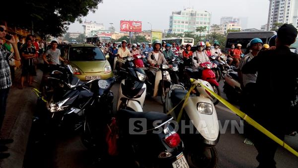 Người dân đi đường hiếu kỳ đứng lại và chiếc xe máy của Hảo mang BKS 29 P1: 062.41