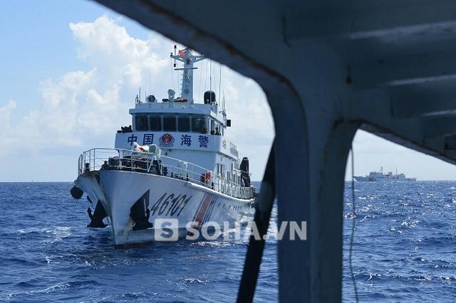 Tàu hải cảnh Trung Quốc mở bạt pháo đe dọa tàu kiểm ngư Việt Nam. Ảnh: Trọng Thiết