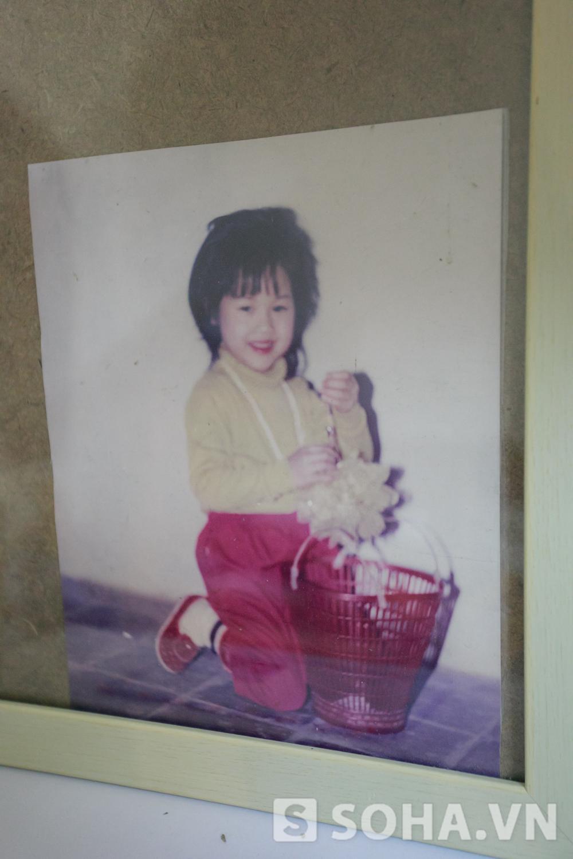 Một bức ảnh của Diễm Hằng thời thơ ấu được cô treo trang trọng trên tường. Khi ấy, Diễm Hằng còn rất bụ bẫm và đáng yêu.