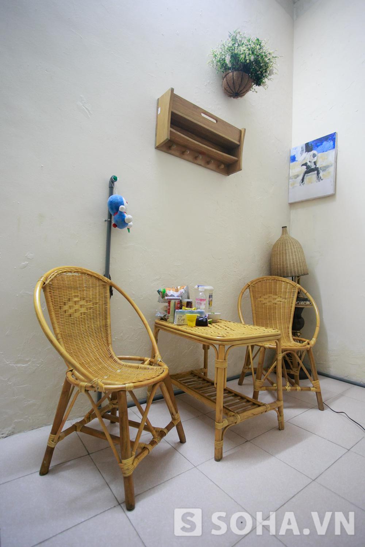 Bộ bàn ghế nhỏ xinh làm bằng chất liệu mây tre đan để ở góc phòng. Cô đặt trên đó nhiều đồ ăn lặt vặt như bimbim, sữa, thạch.
