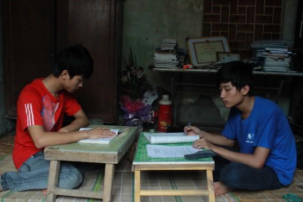Anh em Tiến - Tiền đam mê học (ảnh chụp ngôi nhà nhỏ ở quê Ứng Hòa).