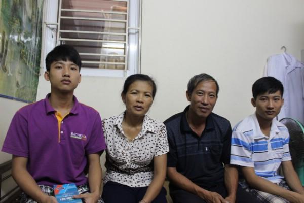 Gia đình hai anh em sinh đôi đỗ đại học. Nguyễn Hữu Tiến (phải) đỗ ĐH Y Hà Nội 2013 với điểm số 29,5.