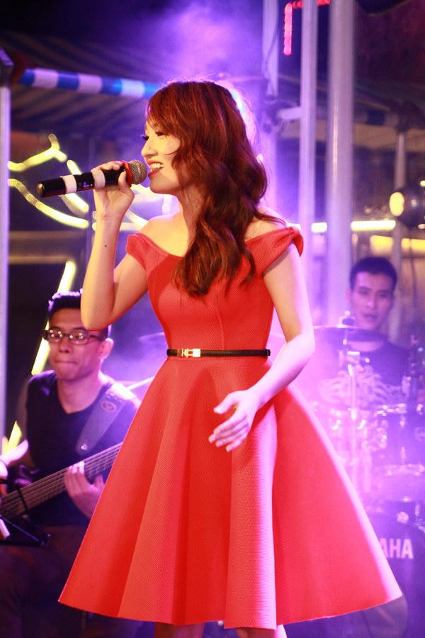 Nhật Thủy tham dự sự kiện với chiếc váy đỏ nổi bật. Trong vai trò khách mời, cô trình diễn các ca khúc nổi tiếng, gắn bó với bản thân khi tham dự VN Idol.