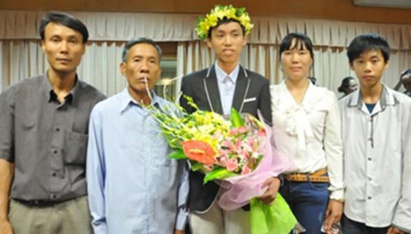 Nguyễn Thế Hoàn (ở giữa) trong ngày trở về nước với tấm HCV Toán học quốc tế.